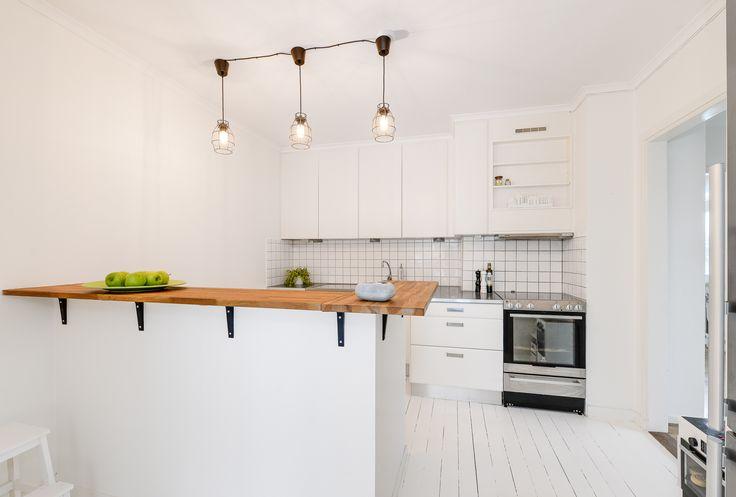 Riktigt snyggt kök i vitt, ek och rostfritt!
