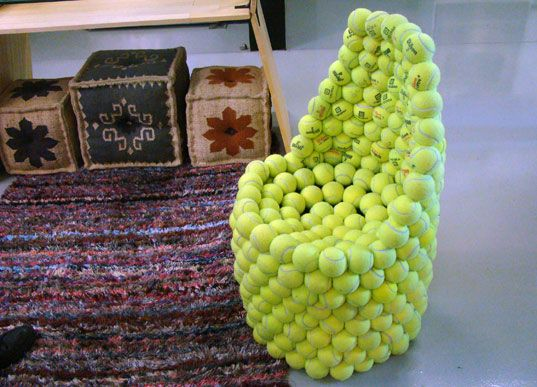 Not sure how comfortable this tennis chair would be, but we love the idea...Reuse Recycle, Sillón De, Chairs Ball, Pelotas De, De Pelotas, De Tenis, Ball Chairs, Tennis Ball, Con Pelotas