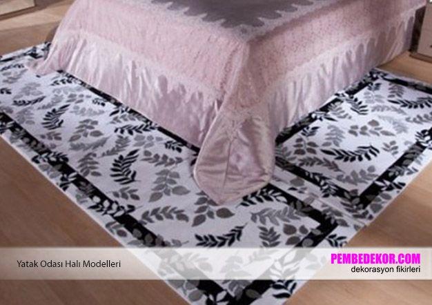 Siyah beyaz renklerde ve çiçek desenli halılarla siz de yatak odanızda farklılık yaratabilirsiniz. Halılarınızı seçerken renk ve desenlerinin diğer eşyalarla uyumlu olmasına dikkat etmel