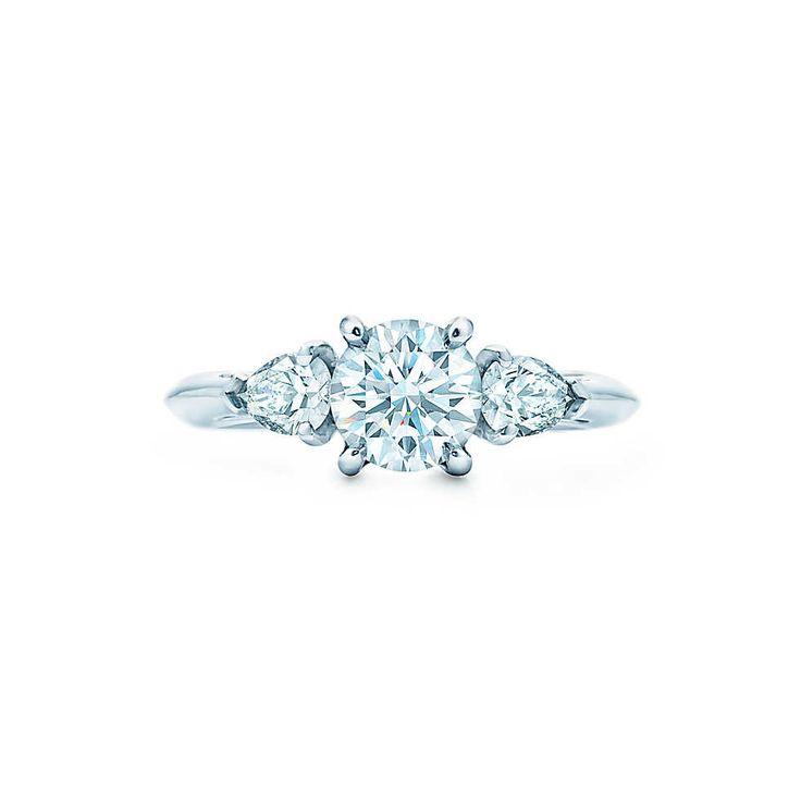 ペア シェイプのティファニーのダイヤモンド2石が、中央に配した気品あふれるラウンド ブリリアント カットのダイヤモンドに、より豪華な魅力をもたらします。