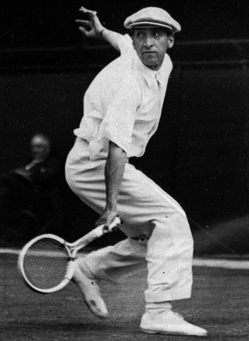 René Lacoste | René Lacoste vann 1925 och 1928 herr singeln. 1925 över Jean Borotra 6-3, 6-3, 4-6, 8-6. 1928 över Henri Cochet 6-1, 4-6, 6-4, 6-2.