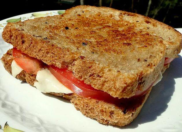 Попробуйте и вы обязательно влюбитесь в это простое блюдо! ИНГРЕДИЕНТЫ (для 1 бутерброда)• 2 кусочка вашего любимо хлеба для горячего бутерброда• 1 пластина мо