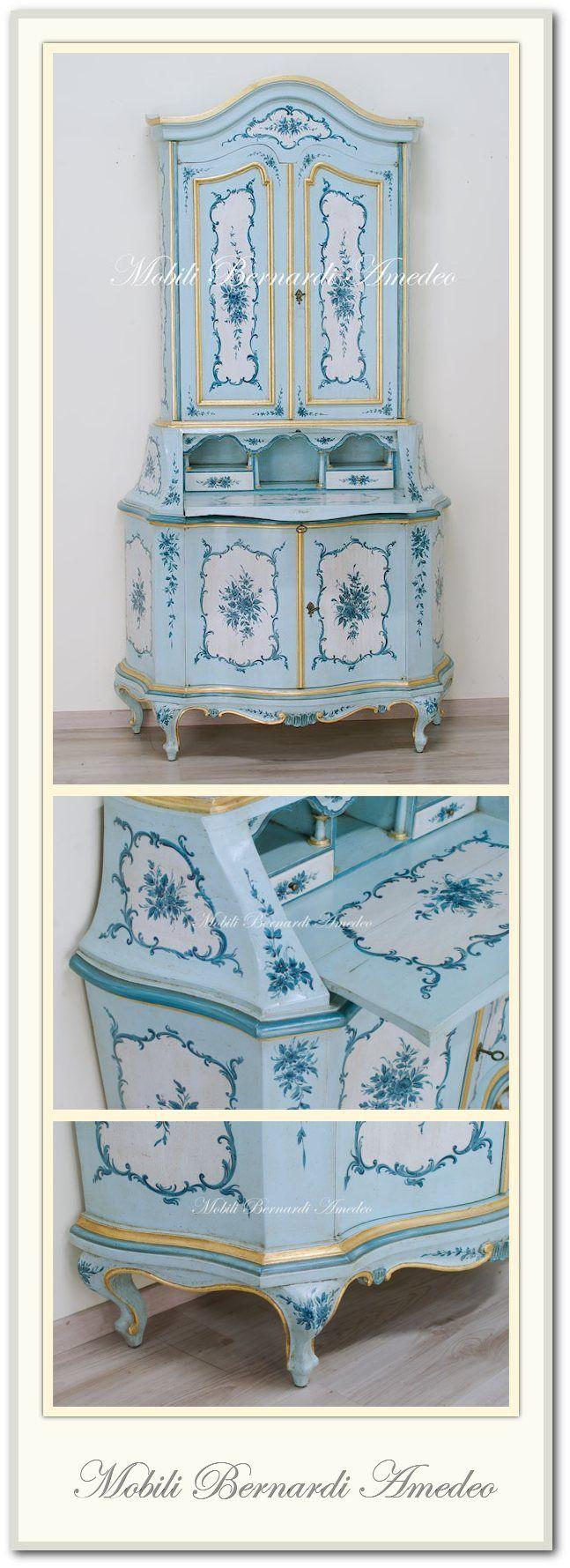 Trumeau sagomato in stile veneziano, laccatura con decori floreali e volute barocche, colori celeste avorio e azzurro