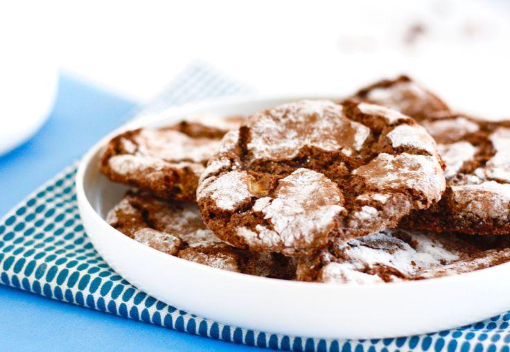 Crinkle cookies, misschien heb je er ooit al wel van gehoord? Deze hemelse koekjes zijn in Amerika namelijk super populair en worden daar inmiddels in ongeveer
