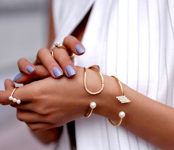 Purple nails and gold jewelry. So cute.
