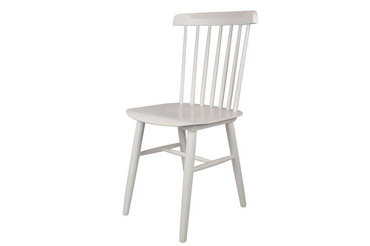 Aunque por su diseño te puedan resultar típicamente americanas, las sillas Windsor surgieron en Inglaterra en el siglo XVIII y pasarán a la historia por ser una de las primeras sillas que se fabricaron en serie desde su concepción, atisbando la revolución industrial que estaba en ciernes. Las sillas Windsor tienen una característica muy especial
