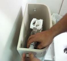 Le rôle d'une chasse-d'eau est d'évacuer les déchets qui se trouvent dans les WC par un conduit qui débouche sur les égouts ou une fosse septique. Lorsqu'on tire ou appuie sur le bouton prévu à cet effet, l'obturateur se soulève et l'eau est relâchée afin de remplir son rôle de nettoyage et de transport des déchets.