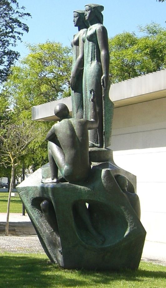 Em frente do tribunal judicial de Rio Maior encontra-se uma estátua notável de autoria de Lagoa Henriques de 1961. Este conjunto escultórico formado por cinco figuras, representa a Justiça - Rio Maior | Portugal
