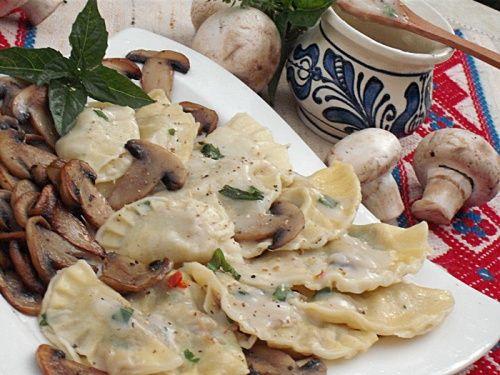 Coltunasi cu carne de pui si sos alb - imagine 1 mare