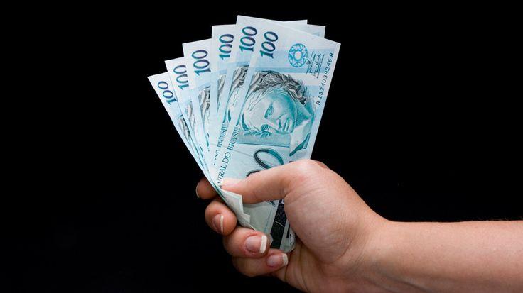 Samy Dana, professor da Fundação Getúlio Vargas, responde quais investimentos são mais indicados para quem pode aplicar 100 reais por mês