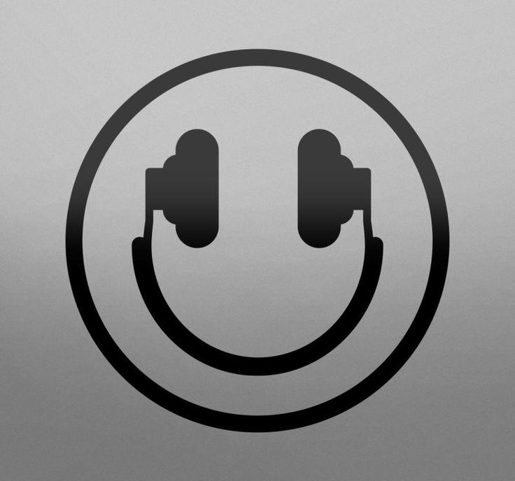 Muursticker muziek smiley  Muursticker muziek met een smiley in de vorm van een koptelefoon perfect voor muziekliefhebbers. Met de oordoppen als ogen en de headset als een mond is dit een leuke decoratie voor iedereen die wilt laten zien dat hij of zij een echte muziekliefhebber is. Mooi voor de woonkamer slaapkamer keuken of in een winkel. U kunt de sticker ook plakken op ramen en andere vlakken oppervlakken.Deze wanddecoratie is gemaakt van vinyl wat zorgt dat de sticker makkelijk is aan…