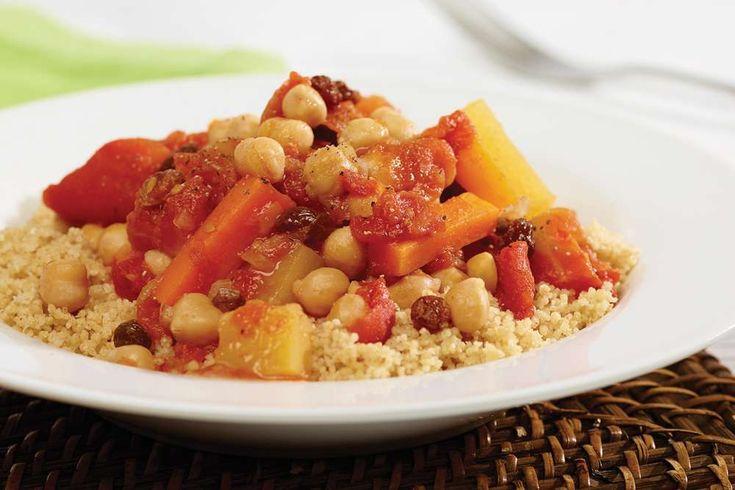 Recette de couscous aux pois chiches et aux légumes racines, un délicieux ragoût qui se congèle. Seulement 1,43$ par portion.