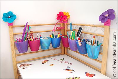 Upcycling Old Cot Bed (Ikea Hack) Los laterales de la cuna en vertical contra la pared hacen de zona de almacenaje pequeño para la mesa infantil.