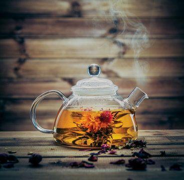 Kolory pokarmów lub napojów wywierają silny psychologiczny i fizyczny wpływ na ludzki organizm – herbata nie jest wyjątkiem. Już od wieków uważano, że kolor posiada terapeutyczne właściwości. Moce kolorów wykorzystywali rdzenni Amerykanie, mieszkańcy Bliskiego Wschodu, Środkowej Azji, Celtowie, Chińczycy, druidzi, Grecy i Teutoni. W starożytnym Egipcie, a mianowicie w mieście Karnak i Teby, powstały nawet sale kolorów, gdzie zajmowano się badaniami nad terapią kolorami i wykorzystywano je…