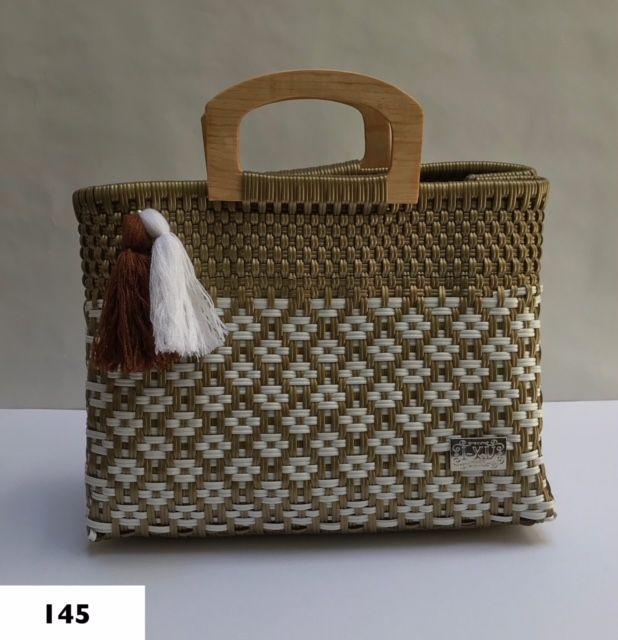 71f9e9e3f09 Hermosa bolsa artesanal mediana asa madera. Disponible en @Gabriellebeyou.  Síguenos en nuestras redes sociales. #bolsos #bolso #bolsas #bolsa  #artesanía ...