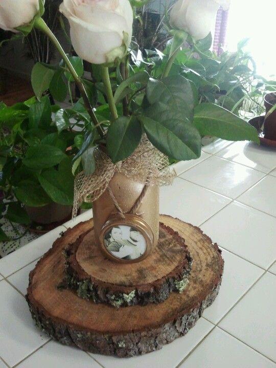 Centro de mesas con fotos de los novios hecho de mason for Mesas de troncos de arboles