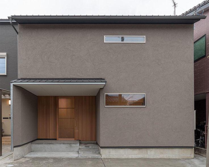 屋根はガルバリウム鋼板葺きで、玄関ポーチの前には庇を出して、迎え入れる玄関としての表情を出しています。庇の出幅と同じだけ隣地側の外壁を延長した防火壁として玄関ポーチ内の外壁と玄関戸が延焼ラインにかからないようにしています。準防火地域では、通常隣地境界から3mの範囲は防火構造の外壁と、防火戸(網入りガラスのアルミサッシ)を設置する必要がありますが、飛び出した壁と庇で隣地から3m以上の距離をとっています。そのため板張りの壁と、木製格子戸を付けることができるのです。 専門家:家山 真が手掛けた、外観(東山の家2)の詳細ページ。新築戸建、リフォーム、リノベーションの事例多数、SUVACO(スバコ)