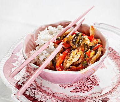 Mycket aptitlig rätt med fläskytterfilé som för smaklökarna till Asien! Med råvaror som fläskytterfilé, lök, ingefära, paprika, pak choi och sambal oelek blir det svårt att misslyckas och den sötsura såsen har en behaglig blandning av sötma och syrlighet. Avnjut den sötsura fläskytterfilén tillsammans med nykokt ris.