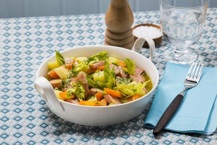 Fersk lapskaus med pølser, sunn og rask hverdagsmiddag til langt under hundrelappen. 323 g grønnsaker og 508 kcal pr. porsjon (voksen).