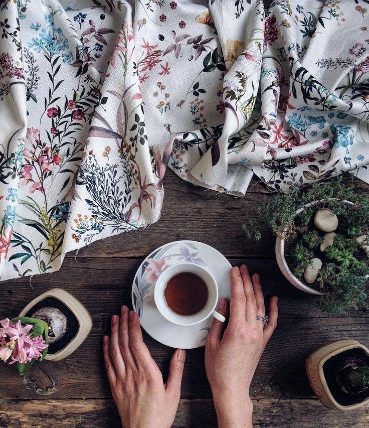 """Купила на днях отрез потрясающего итальянского хлопка жаккарда. Ботанические иллюстрации на ткани, не принт - мечта, стопроцентное попадание. Я влюбилась. Начала придумывать весеннюю куклу подстать. Пришел муж, говорит: """"На кухонное полотенце похож"""". Сижу, смотрю, думаю...Чьорт побери, похож😭 Доброго утра  #Spring #botanical #hyacinth #march #springflowers #flowers #flowergram #teaandseasons #tea #teatime #instagramrussia #Instagraminrussia #onthetable #инстаграмнедели #март #весна"""