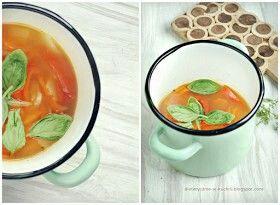 Zupa krem z marchwi, pomidorów i papryki  350 ml wody70 g marchwi (1 średnia sztuka)120 g pomidorów (2 małe sztuki)50g papryki (1/3 sztuki)40g cebuli (1/2 średniej sztuki)30 g czerwonej soczewicy5 dużych liści bazylii1/2 łyżeczki soliodrobina ostrej papryki2 suszone pomidory5 g nasion słonecznika