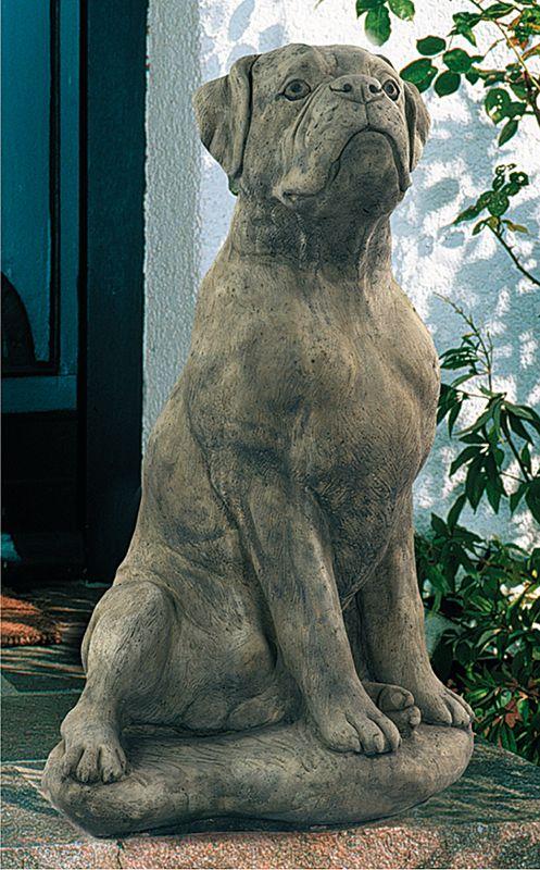 Hund Boxer, Antik-patinierter Steinguss aus England. Das Gussmaterial ist eine Mischung auf Basis von Zement und granuliertem englischen Kalkstein. Material mit besonders dichter Konsistenz, dadurch unempfindlich gegen Frost - gefunden auf www.country-garden.de