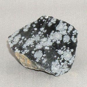 Snowflake Obsidian Igneous Rockenis batuan yang terbentuk dari magma yang mendingin dan mengeras,