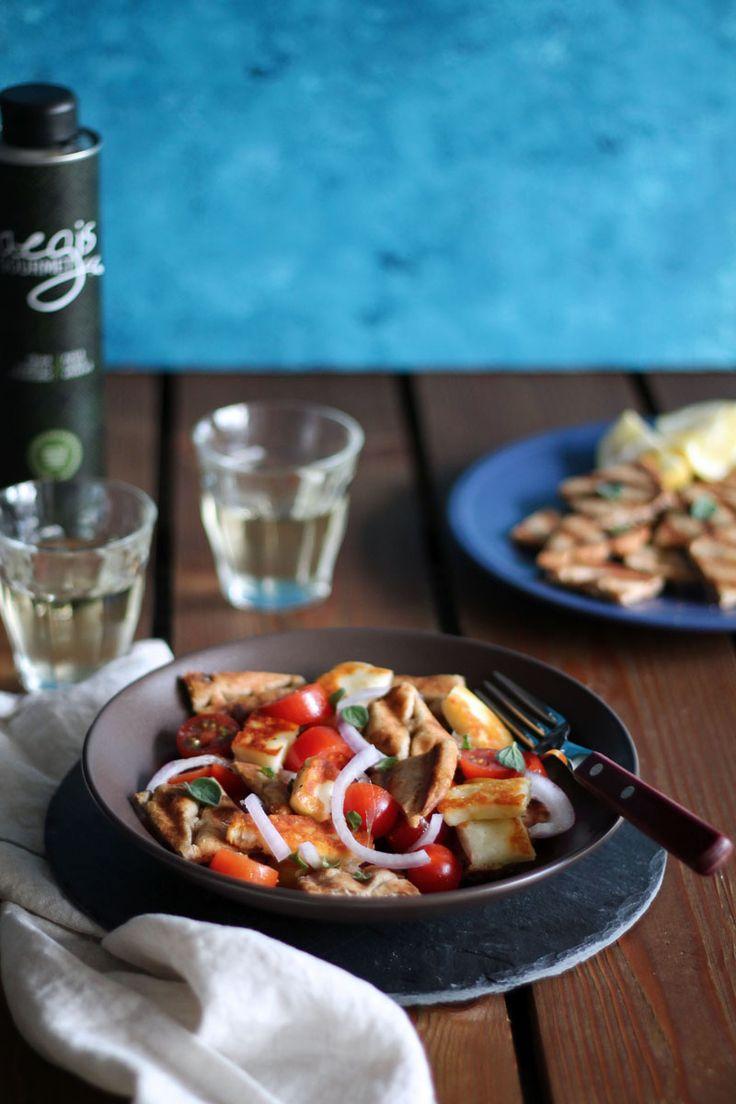 Αυτή η ντοματοσαλάτα με χαλούμι είναι απλή και γευστική, με έντονα χρώματα και γεύσεις, που δεν χρειάζεται να αφιερώσουμε παραπάνω από 30' για την προετοιμασία της.