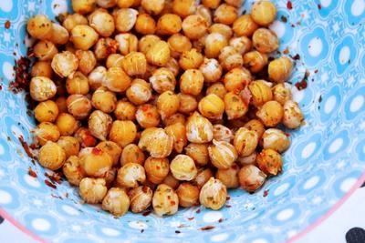 Geroosterde kikkererwten Neem zoveel kikkererwten (uit blik) als je wilt en kruiden om deze op smaak te brengen (bijv. knoflook-, paprika- of chilipoeder). Wat moet je doen? Verwarm je oven voor op 200 graden. Bedek de bakplaat van je oven met bakpapier. Spoel de kikkererwten eerst goed af en laat drogen. Strooi de kruiden over de kikkererwten. Laat de kikkererwten 15 minuten in de oven staan. Schep daarna om en laat nog 10 minuten staan.