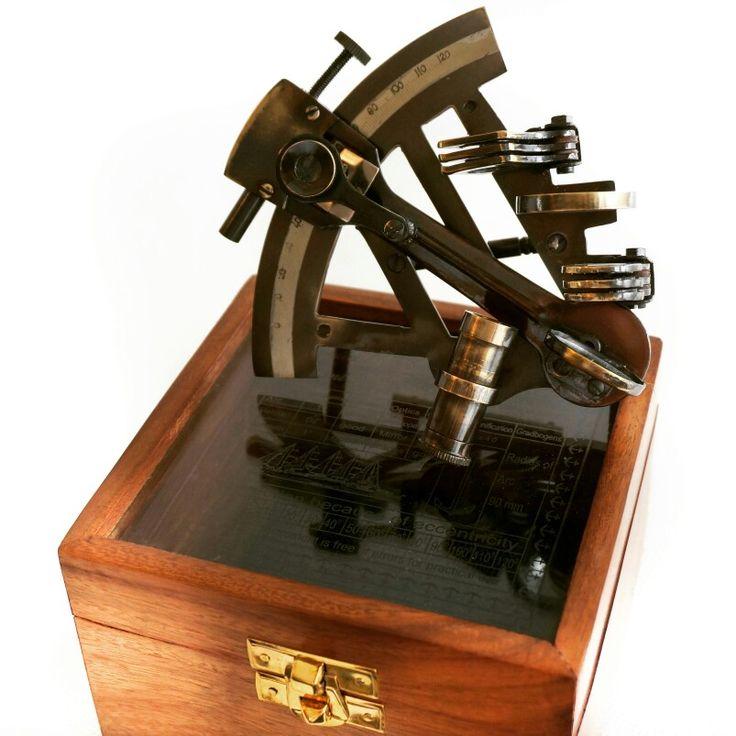 Stylowy sekstant żeglarski z mosiądzu w drewnianej marynistycznej skrzynce, dawne mosiężne sekstanty kapitańskie w drewnianych pudełkach z morskim charakterem  ⛵️ sekstans, niepowtarzalny żeglarski prezent 🎁 marynistyczna dekoracja z Morską Duszą, żeglarski symbol władzy i wiedzy Kapitanów i Nawigatorów, prestiżowy element morskiego wystroju biura, gabinetu, salonu, morski upominek 🌏 https://sklep.marynistyka.pl/mosiezne-sekstanty-c-2.html