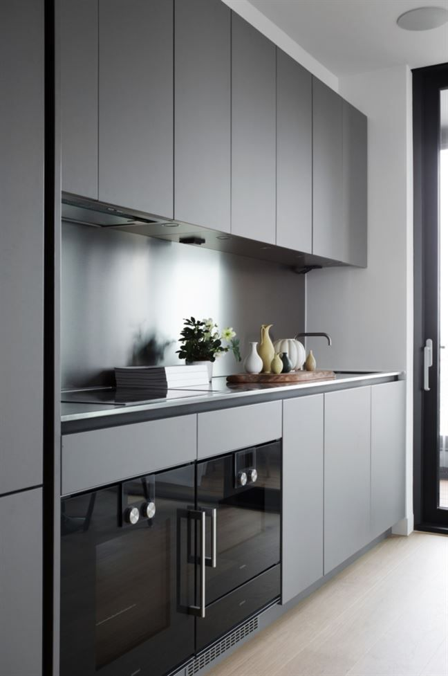 <span>Stilrent kök i grått och golv av hårdvaxad ek.<br></span>