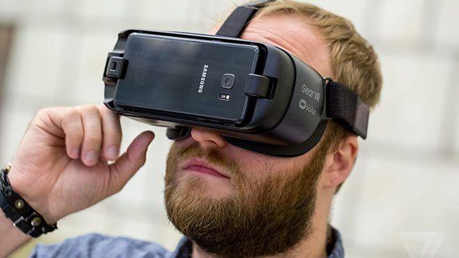 Geleceğin teknolojisi olarak görünen sanal gerçeklik ilerleme kaydettikçe bu pazar da giderek genişliyor. Yeni isimlerin dahil olduğu yarışta asıl mücadele şimdilik büyük firmalar arasında gerçekleşiyor. Sanal gerçeklik piyasasında hükmü süren Samsung Gear VRda liderliği kimselere kaptırmak...  #Alacak, #Daha, #Gear, #Gelecekte, #Kullanışlı, #Samsung https://havari.co/samsung-gear-vr-gelecekte-daha-kullanisli-bir-hal-alacak/