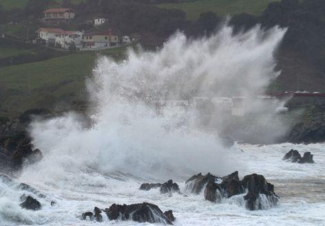 la acción geológica del mar es un proceso que hace que el  mar crea estructuras de rocas.