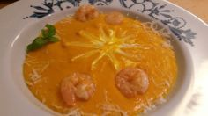 Hokkaido-Suppe mit Garnelen und Creme fraiche.
