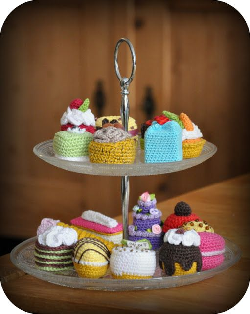 Grietjekarwietje: Petits Fours crochet-along.  Patterns for all of these and…