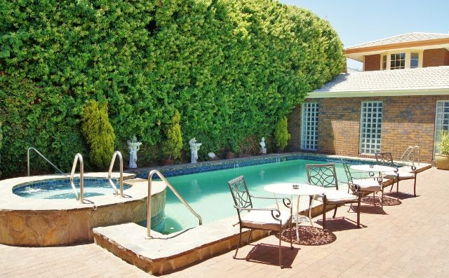 Keep #cool in our #beautiful outdoor #swimming #pool!  #AdelaideInn #NorthAdelaide #SouthAustralia #AdelaideAccommodation #BoutiqueHotel