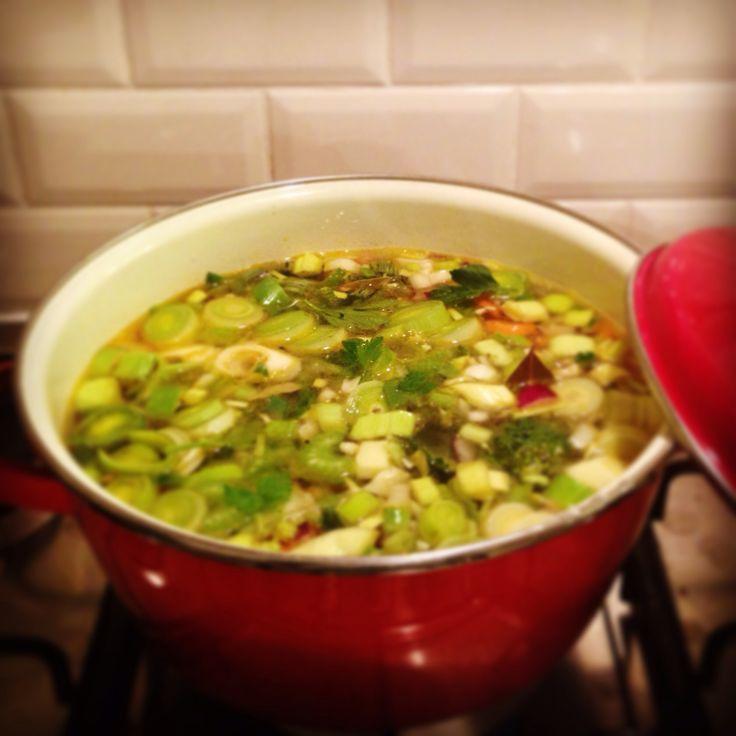 Heerlijke groentesoep  Veel makkelijker dan al die uren-durende recepten en mega lekker!   2 uien 1 klein teentje knoflook 1 rode paprika 2 tomaten 1/4 knolselderij 2 stengels bleekselderij Blaadjes selderij 2 prei 2 winterpenen Paar roosjes bloemkool 3 laurierblaadjes Groente en runderbouillonblokjes en 1750 ml water  Ui en knoflook snipperen en fruiten. Alles snijden en bij elkaar in de pan gooien, omscheppen. Water & bouillonblokjes erbij, door laten koken, ca 30 min. Heeerlijk!