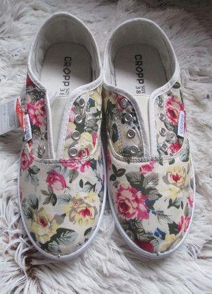 Kupuj mé předměty na #vinted http://www.vinted.cz/damske-boty/nazouvaci-boty/10977013-nove-platene-kvetinove-tenisky-cropp