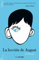 """""""La lección de August"""" trata de un chico de diez años, fan de La guerra de las galaxias y que nunca ha ido al colegio. Pero este año sus padres han decidido que debería empezar a relacionarse con otros niños. August tiene parte de la cara deformada, pero él se siente como uno más."""