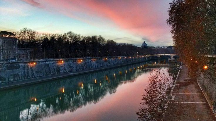 A louca do por do sol ataca novamente! Nem parece de verdade! Mas a luz do #inverno é realmente sensacional! Olhe só que cores! Não me canso de fotografar dessa ponte! . Lembre-se que nós organizamos o seu transfer do/para o aeroporto e também sua hospedagem! info@emroma.com .  Veja mais no Snapchat Em_Roma  #Roma #europe #instatravel #eurotrip #italia #italy #rome #trip #travelling #snapchat #emroma#viagem #dicas #ferias #dicasdeviagem #brasileirospelomundo #viajandopelomundo #pordosol…