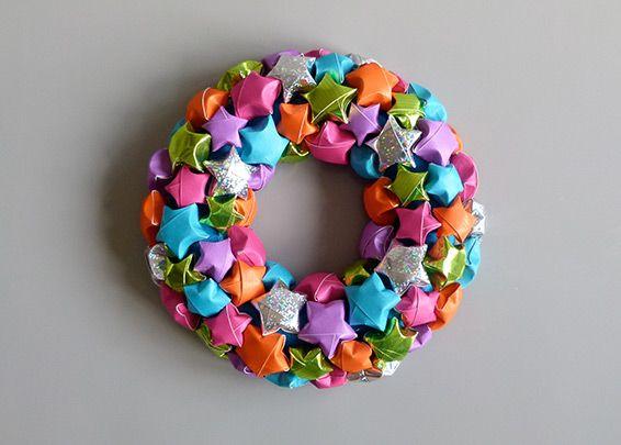 Kranz mit knallig bunten Sternen: Die aus einem Papierstreifen gewickelten Sterne stammen ursprünglich aus Japan und gelten als Glücksbringer. Es braucht Fingerspitzengefühl und etwas Ausdauer, doch der Einsatz lohnt sich. Sind die Sterne aufgeleimt, hat der Kranz gute Chancen der Liebling der Saison zu werden!