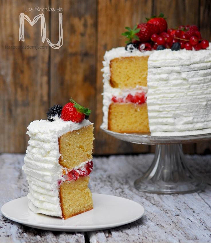 Tarta de nata y frutos rojos /  Cream cake and red fruits