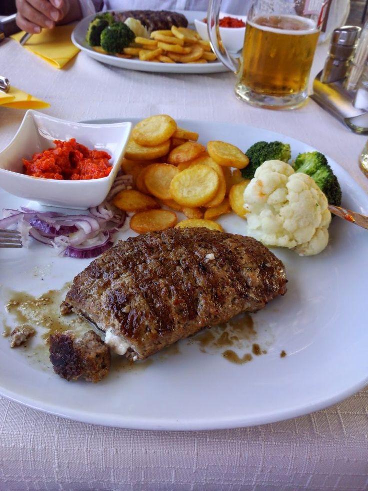 Sajttal töltött darált húsmediterrrán sültkrumplival sposzkával -délszláv nemzeti specialitás