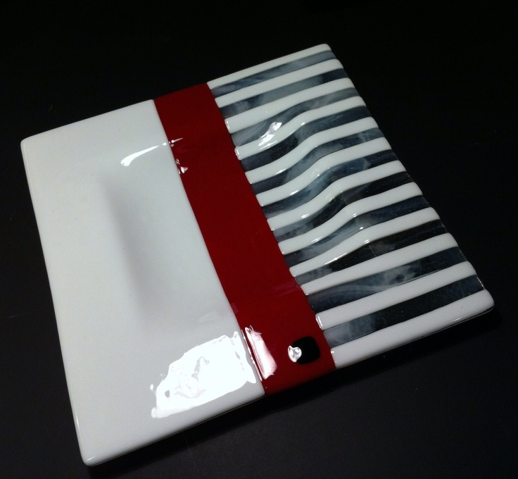 """""""Red and White"""" plate, fused glass design Lone Meldgaard"""