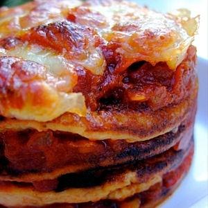 """Millefeuille de mini-crêpes tomates et mozzarella    """"Un petit gâteau de crêpes parfumées au thym et au cumin, une sauce tomate faite maison entre chaque étage"""