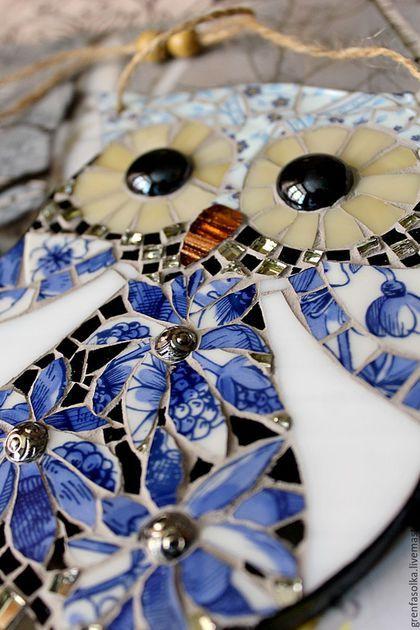 Купить или заказать Сова. Декоративная подвеска в интернет-магазине на Ярмарке Мастеров. Мозаичная совушка-подвеска. Элемент декора для прихожей, спальни, детской комнаты, а также милый подарок для всех сово-любов, сово-манов и сово-поклонников)) В работе использован фарфор кобальтово-синей классической…