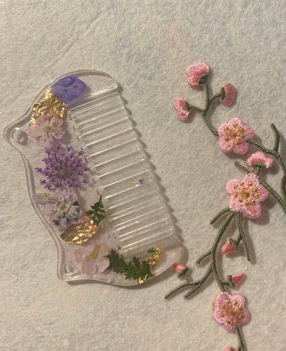 Resin Clear Dried Flower And Gold Leaf Handmade Comb In 2020 Resin Crafts Diy Resin Art Handmade Comb