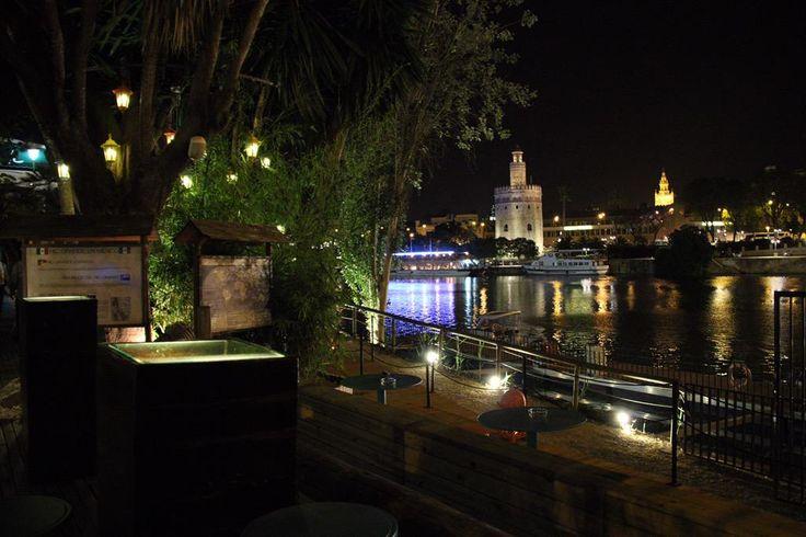 El mejor remedio a estas noches calurosas lo tienes en nuestra terraza junto al río. ¿Te vienes esta noche?