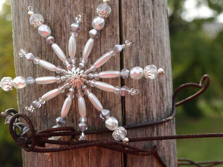Beaded Snowflake  Vánoční ozdoba - ledová korálková vločka Vánoční hvězdička z korálků a perliček, broušených korálků na pevné drátěné konstrukci , velikost 10 cm v barvách stříbrná a ledová,  křišťálová, na vločce je i spousta kaplíků a jiných komponentů . Celkový vzhled vytváří dojem ledu
