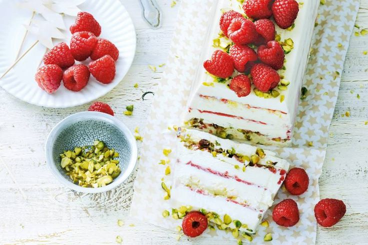 Dit spectaculaire dessert is heel simpel te maken met kant-en-klaar ijs. Nog meer goed nieuws: dat kan drie dagen van tevoren - Recept - Allerhande